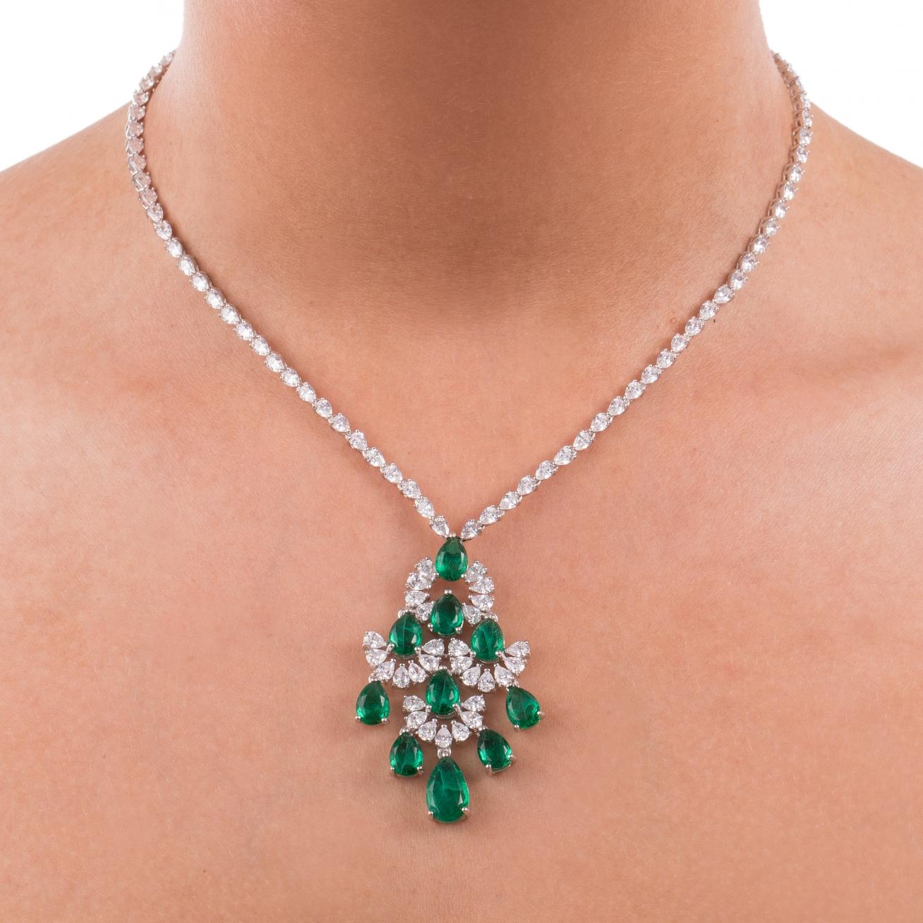 immagini dettagliate 59642 f29a8 Collana con finale smeraldo